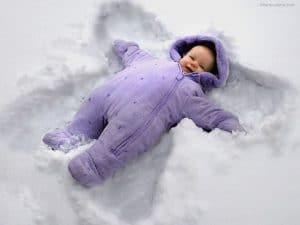 cute-baby-wear-winter-clothes-and-lying-in-snow